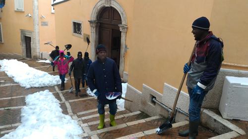 Campobasso migranti in azione per pulizia strade