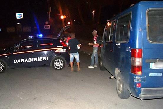 foto Carabinieri e immigrati