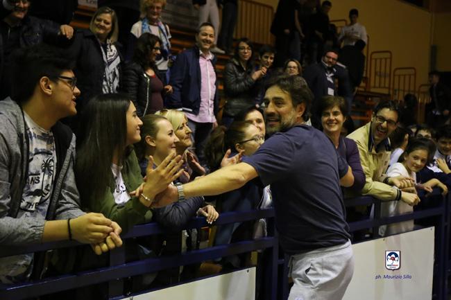 coach Sabatelli riceve il cinque dei tifosi
