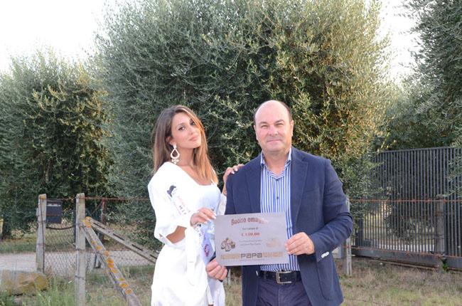 Martina Di Maria, miss Venere 2018, premiata da Papa confetti