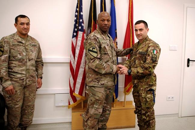 Il Maggiore Garzone e il Combat Sergeant Major di CSTC-A durante la premiazione