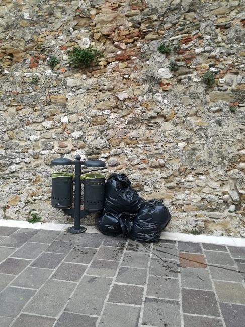 sacchi abbandonati 25 01 2019