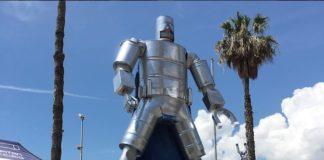 capitan acciaio con statua