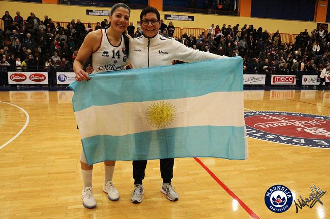 Il classico rito del dopo partita, Sanchez con la bandiera argentina (qui con Ferazzoli)