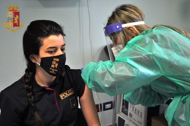 Vaccinati a Isernia i primi operatori della Polizia di Stato